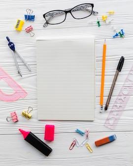 学校の机と眼鏡