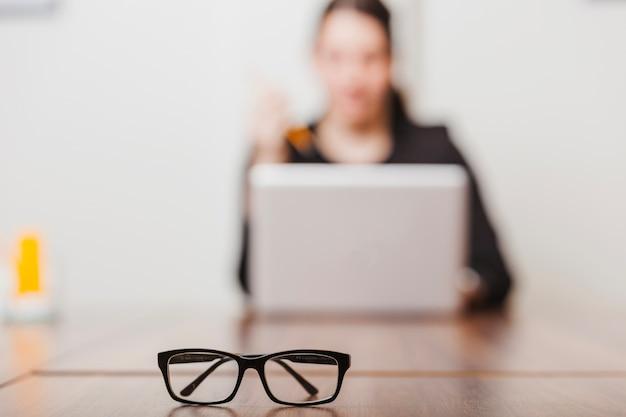 オフィス作業女性のメガネ