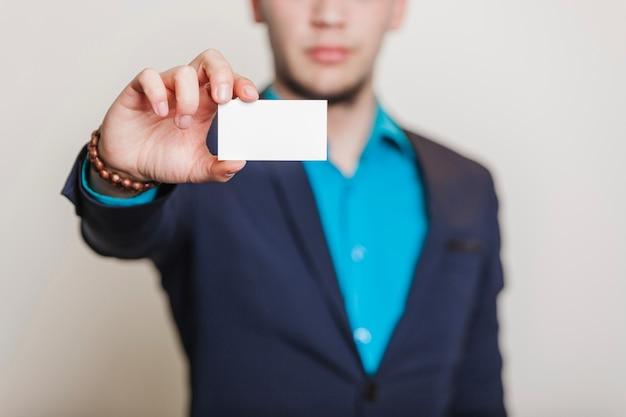 Человек в костюме, держащем визитную карточку