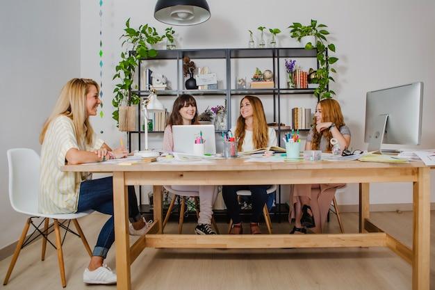 Веселые женщины в офисе