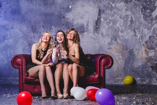 Праздничные женщины на диване