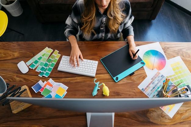 Вид сверху работы графического дизайнера