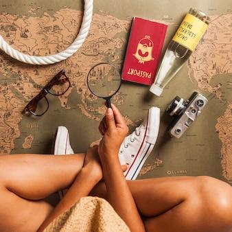 Туристическая женщина и элементы путешествия