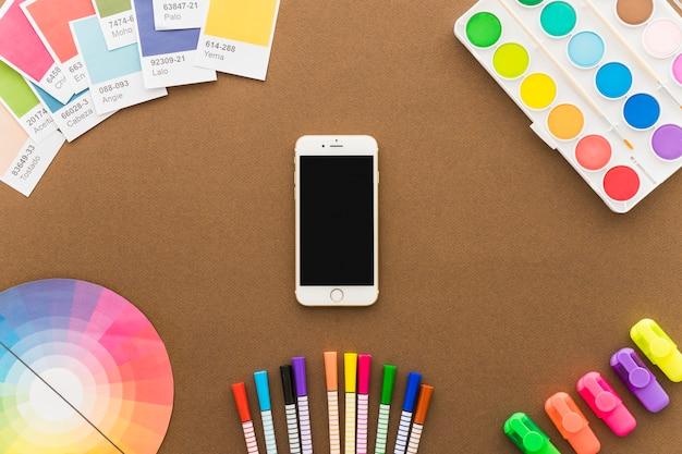 Концепция искусства со смартфоном и карандашами
