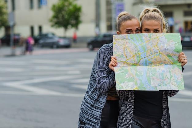Путешественники прячутся за картой