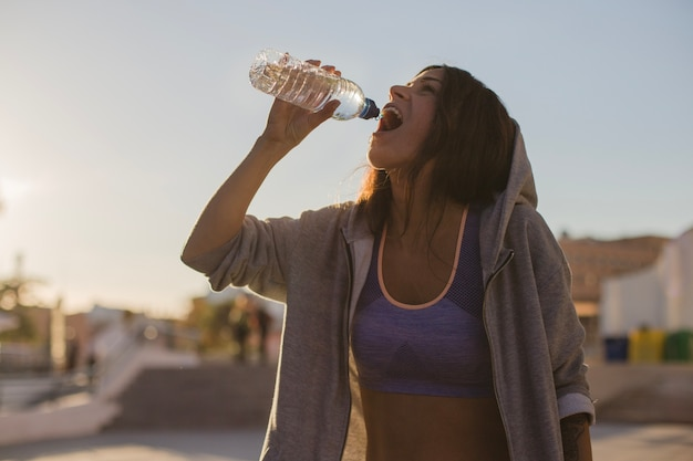 Женщина в воде с капюшоном