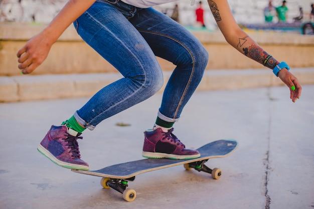 ブルネット女の子ライディングスケートボード