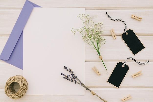 テンプレート、結婚式の飾りと青い封筒と組成