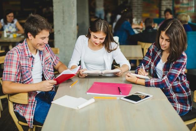 カフェ読書の学生