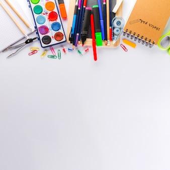 白い表面と学校の消耗品