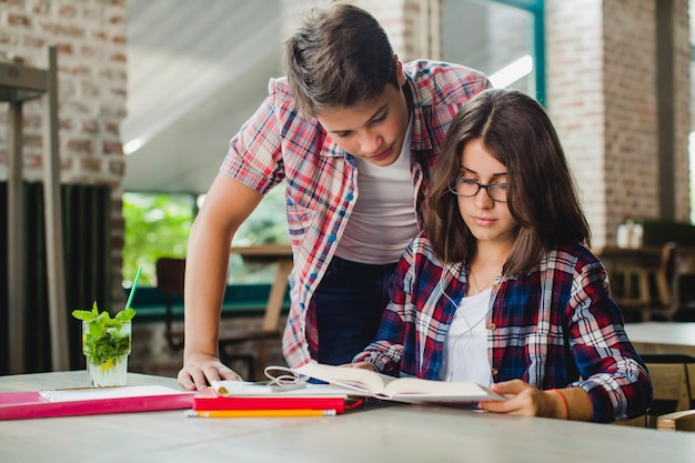 Студенты, сотрудничающие в учебнике