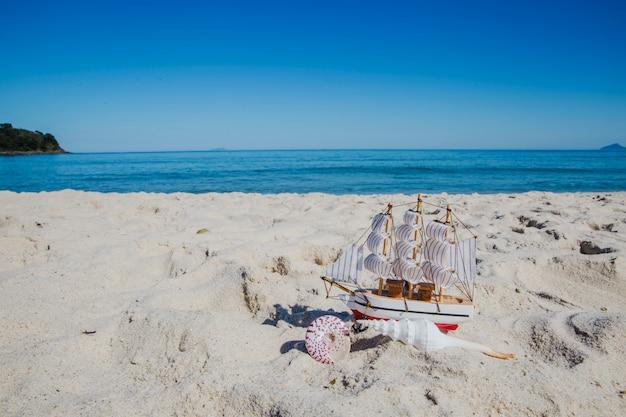 Сувенир с небольшим кораблем на песке