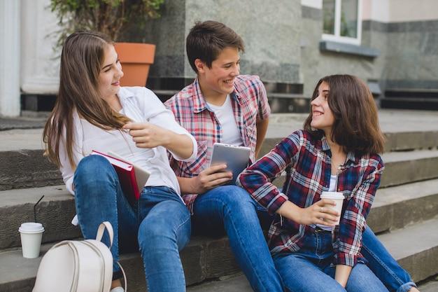 Стильные подростки, расслабляющие по лестнице