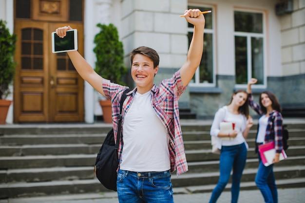 Возбужденные одноклассники и мужчины