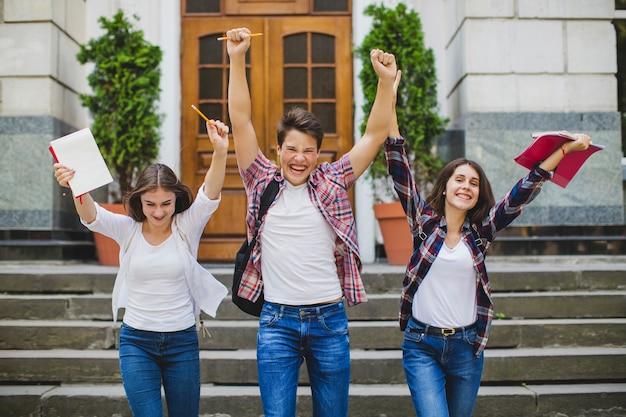 Веселые ученики празднуют