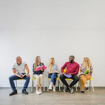 メモ帳に座っている人々のグループ