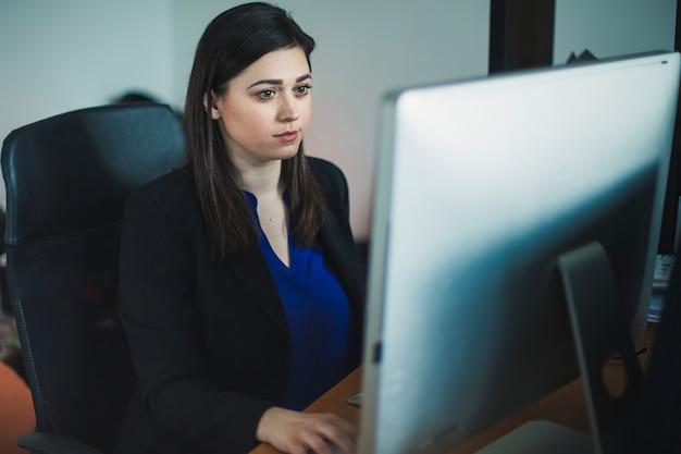 デスクトップ仕事の女性