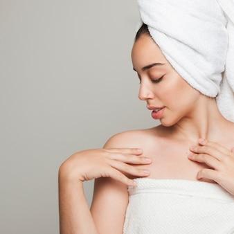 シャワーの後に魅力的なポーズを持つ女性