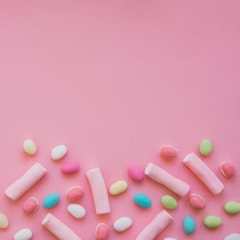カラフルなキャンディー、マシュマロ、コピースペース