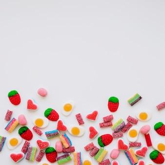 多種多様なキャンディーを使ったカラフルなコンポジション