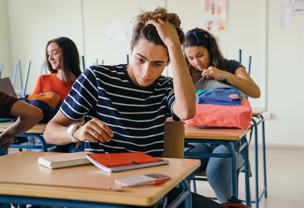 Подчеркнутый мальчик в классе