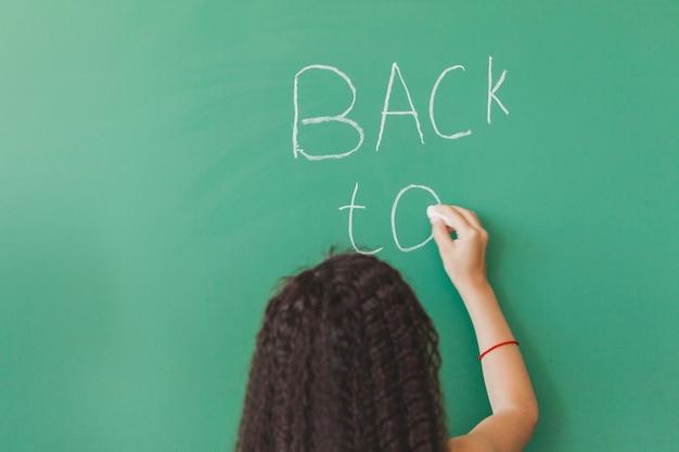 黒板の女の子は、黒板の書き込みで立って