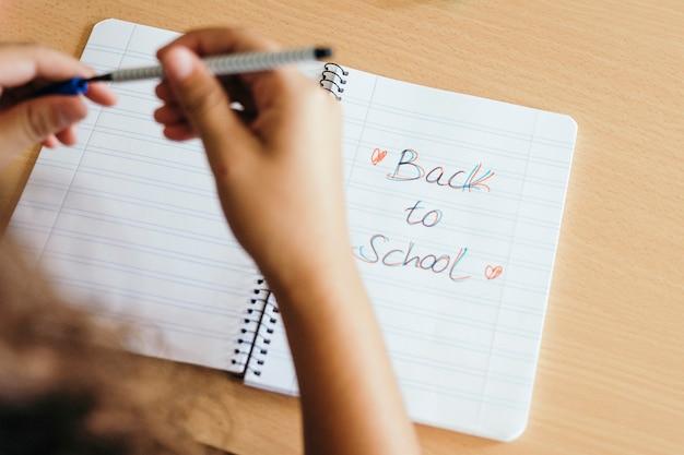 Руки, ручка и записная книжка