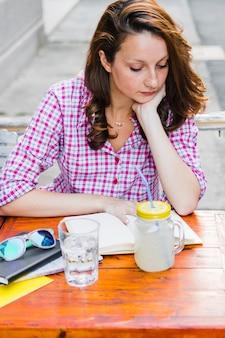 カフェで勉強中の女の子