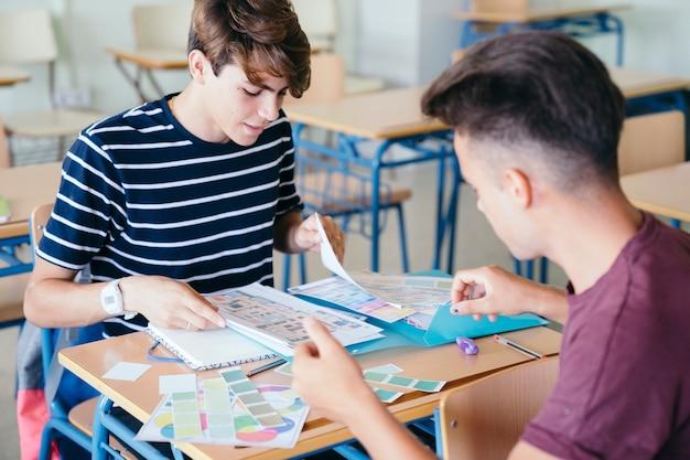 Хорошие друзья помогают друг другу с домашними заданиями