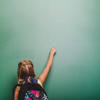 瞳孔の女の子が黒板に書く