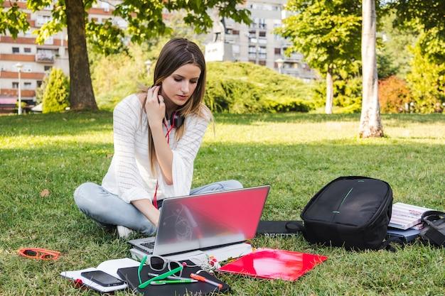 公園で勉強中の女性