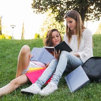 公園で読書をする少女たち