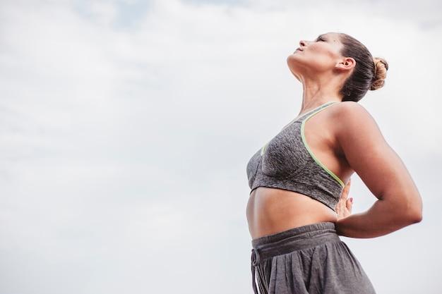 Женщина медитации глядя на небо