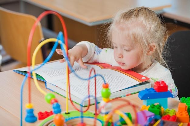 かわいい幼児の読書