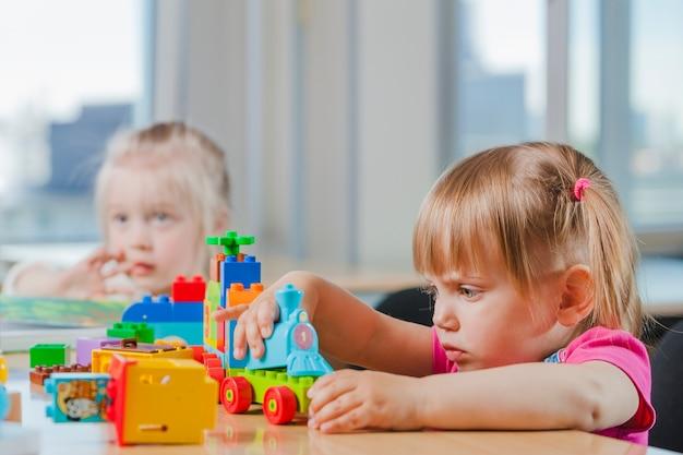 幼稚園で遊ぶかわいい子供