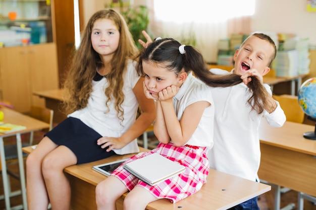 子供たちは教室で楽しい
