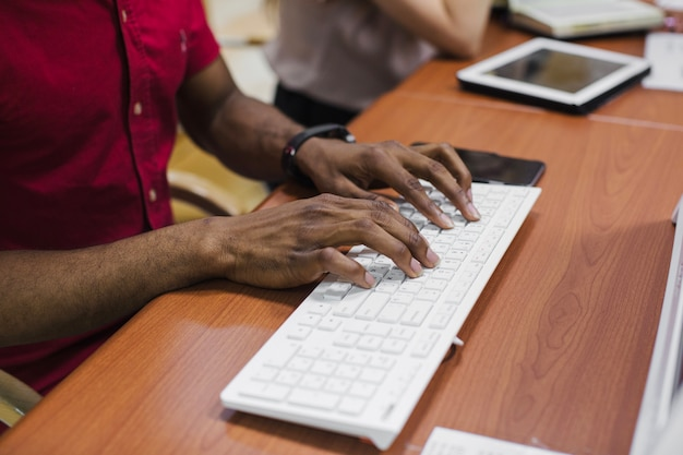 黒人はキーボードでタイピングします