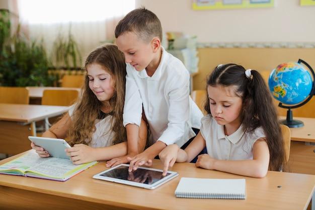 教室でタブレットを使用している学生