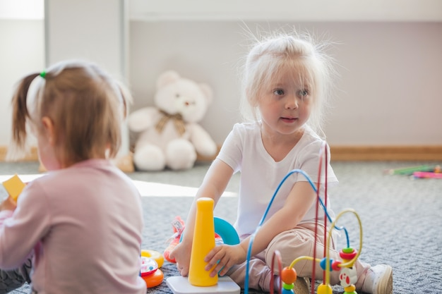 おもちゃを持つプレイルームの女の子