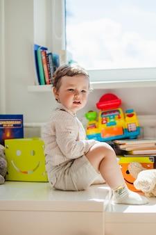 Невинный ребенок, сидящий в игровой комнате