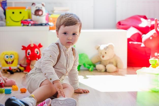 Мальчик, сидящий в игровой комнате