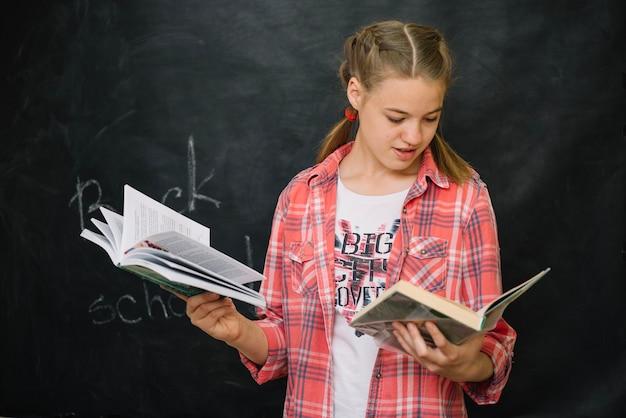 Девушка, держащая книги