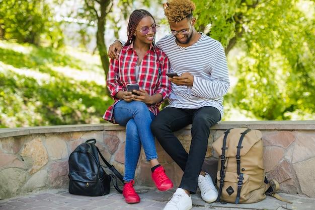 スマートフォンを取り入れて使用する若者
