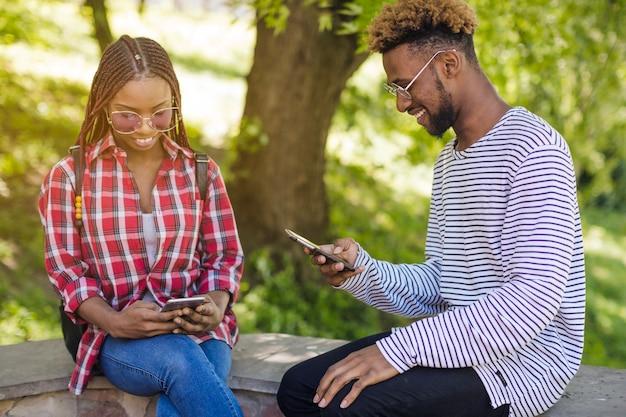 携帯電話を見ている黒人の若者
