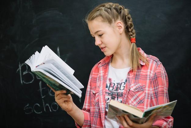 女の子、チェック、シャツ、読書、本