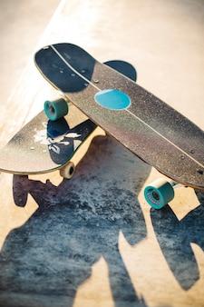 スケートボード付きのクールなコンポジション