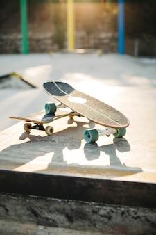 スケートボードと日没