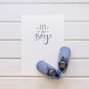 紙と木製の靴の靴の赤ちゃんの概念