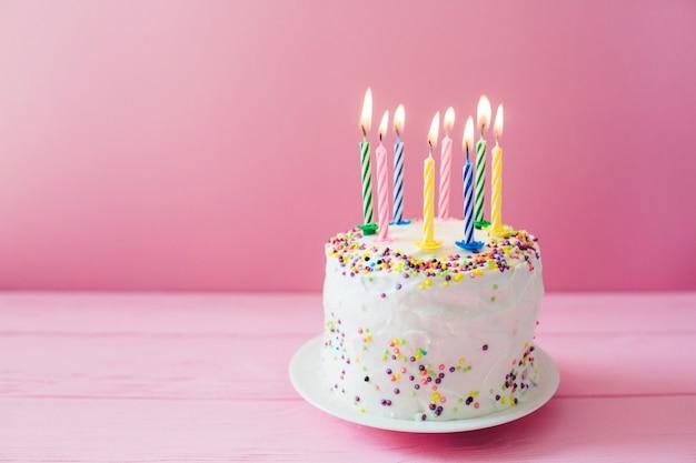白いケーキに燃えるろうそく
