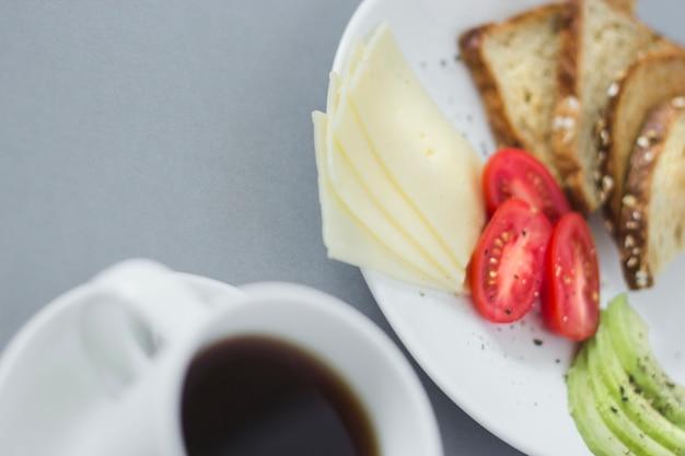 Размытые крупным планом завтрак с кофе